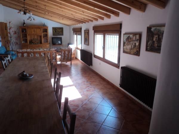 El salon con una amplia mesa tiene acceso directo a la cocina